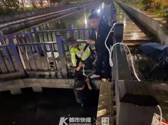 台州1男子酒驾凌晨撞破桥栏扎入河 保时捷损失惨重
