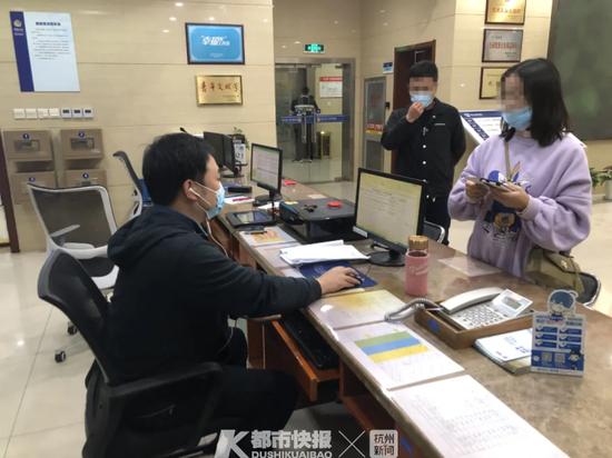 杭州一男子猛敲女同事房门 结果帮她保住20万存款