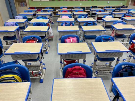 浙江一学校试行不背书包上下学项目 实现学生减负