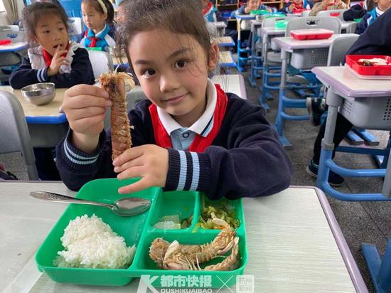 杭州一小学中午吃椒盐皮皮虾 低年级学生剥壳有难度