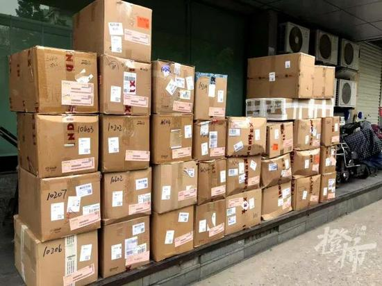 杭州某快递网点放置的包裹 摄影 林司楠