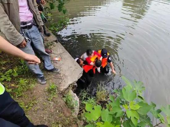 浙江一送货工路遇女子坠河 纵身跳入河中救人上岸