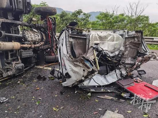 清晨 浙江一高速发生一满载小龙虾的货车翻车事故