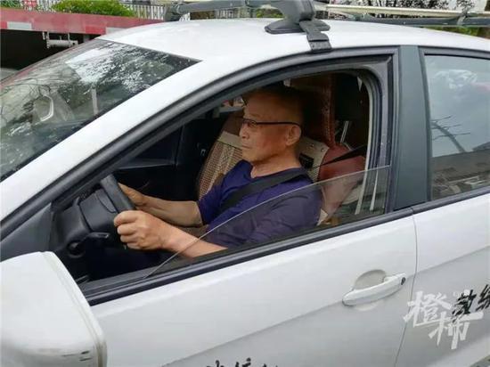 即将80岁的浙江大伯 四个科目一遍过 顺利拿到驾照
