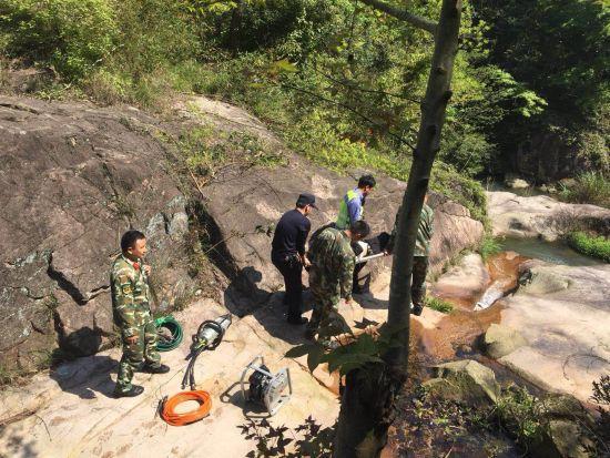温州1男子连人带车坠落30米深坑 车头严重挤压变形