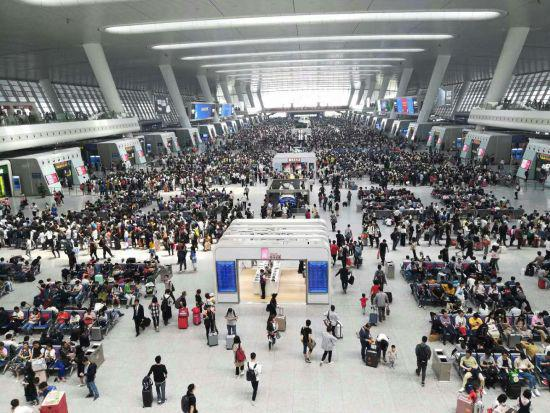 """""""五一""""期间杭州东站发客量再破纪录。 王逸飞 摄"""