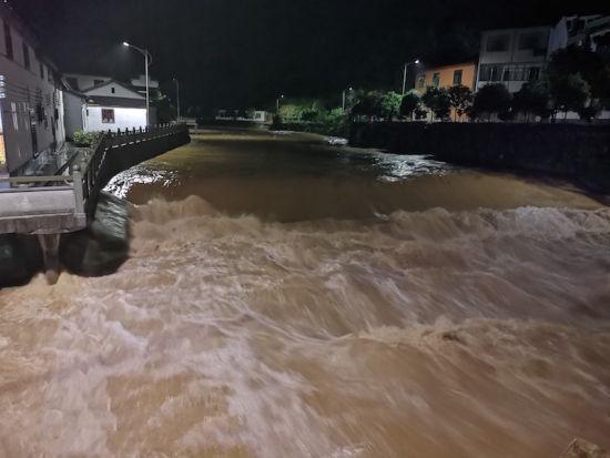 暴雨使得塔石境内河流水位猛涨 婺城宣传部提供