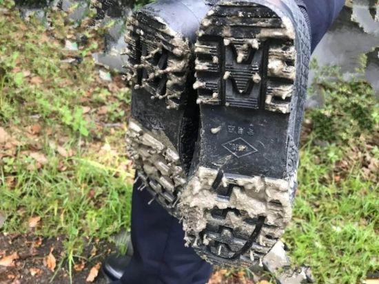 民警满是泥巴的鞋子。开发区公安分局供图