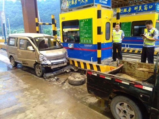 图为:车辆追尾事故现场。 朱春东 摄