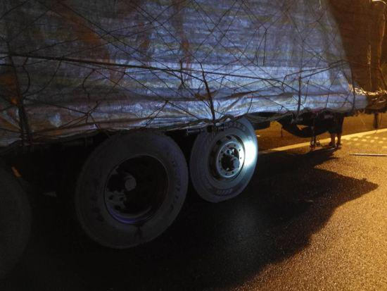 半挂车轮胎脱落撞向隧道壁 警方提供