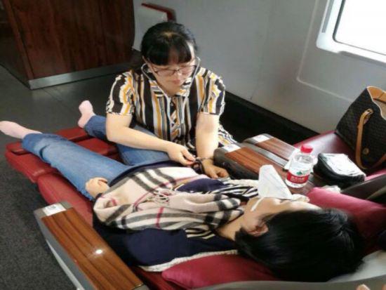 图为陈建萍正在给患者做身体检测。台州医院提供