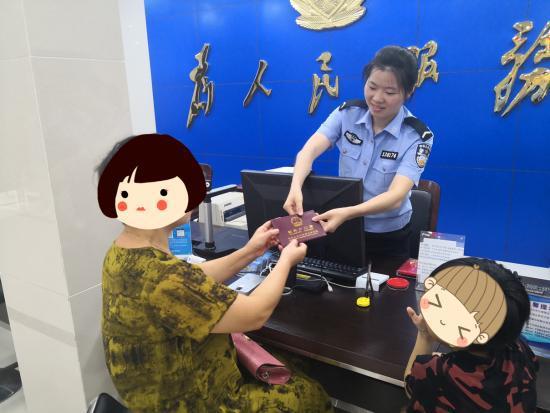 小斌奶奶陈女士带着小斌来派出所领取户口本。 苍南县公安局 供图