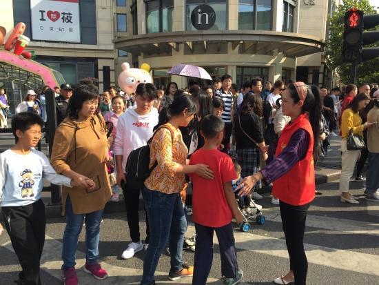 志愿者帮助一对失散的母子团聚。