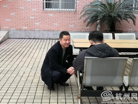 """左伟蹲着身子消除小刘的""""敌意"""""""