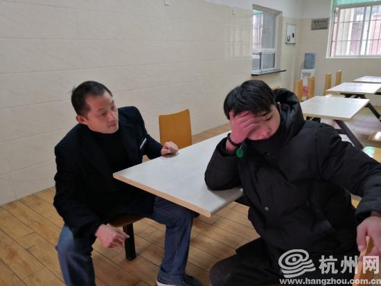 面对工作人员问询小刘起初较为抵触
