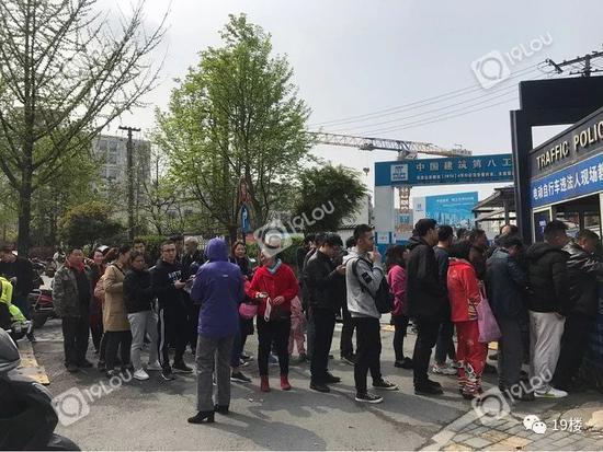 杭州超标电动车备案登记最后一天 登记的人排成长龙
