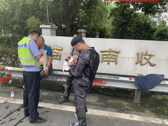 图为:接受高速交警处罚 台州高速交警供图