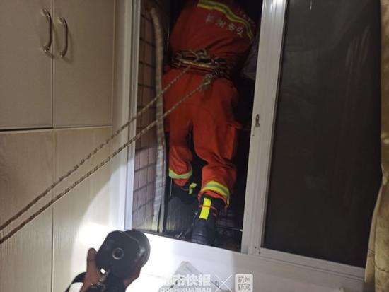 凌晨3点浙江一六旬老人昏迷家中 消防员黑夜爬窗救人