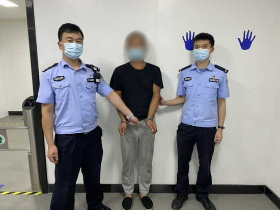 浙江一男子盗窃被抓后戏精上线 和民警诉苦有两个灵魂