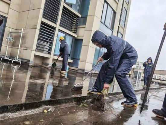 """台风""""烟花""""来袭 多地暴雨 杭州全城总动员抢险抗灾"""