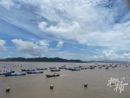舟山渔场开渔捕捞螃蟹 壮观场景吸引众多游客围观
