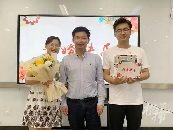 杭州一中学为新婚教师夫妻送礼 专属蜜月假可随时申请