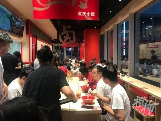 瑞幸创始人创业卖面 杭州首店开业吸引群众打卡尝鲜