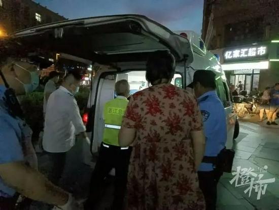 杭州74岁老人散步突发心梗 小区诊所医生跪地心肺复苏