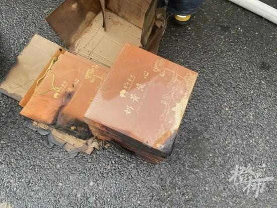 常台高速上十多吨物品遭焚毁 大多数是各式中秋月饼