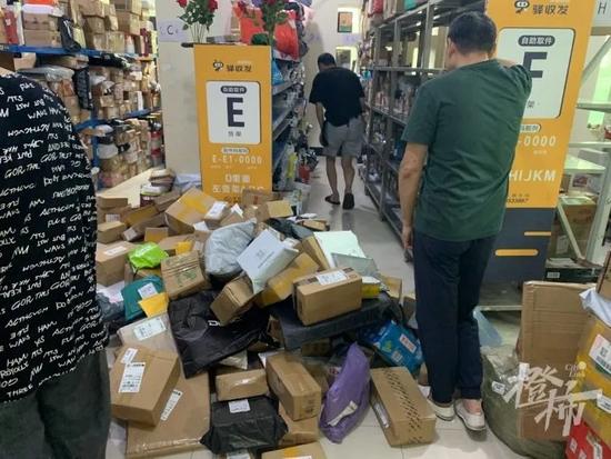 杭州一位快递小哥 每天带着6岁女儿住在快递室忙工作
