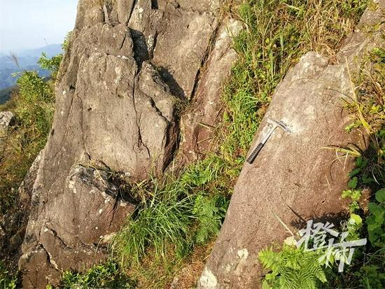 绍兴第一高峰西白山下 发现一块巨石能让指南针失灵