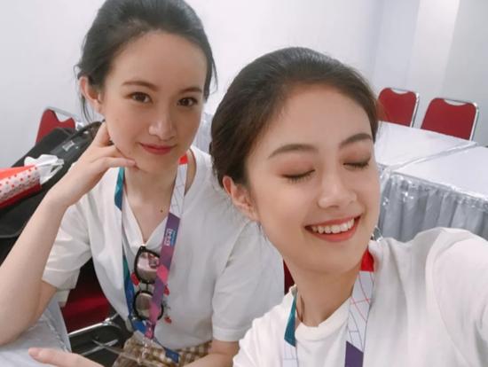 徐菡(左一)和她的小伙伴们