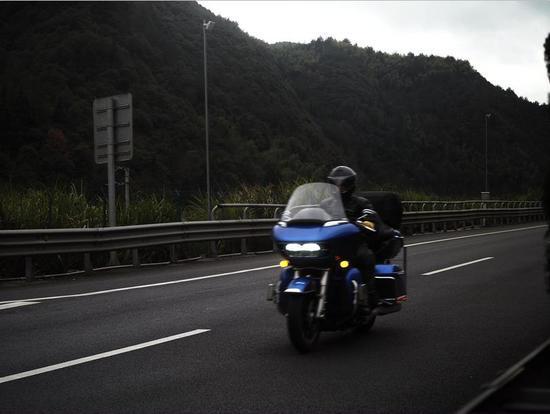 图为:摩托车开上高速。 李巍 摄