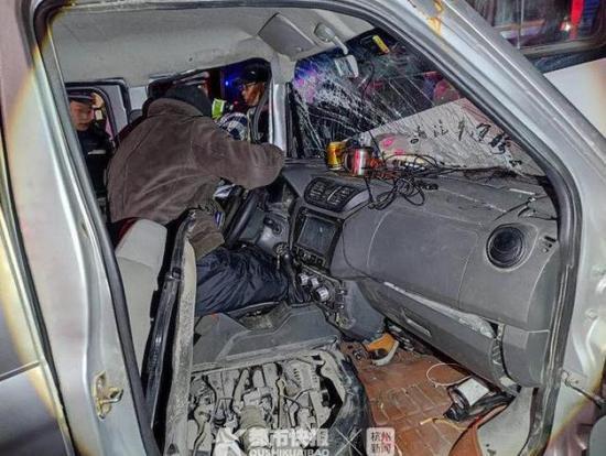 凌晨4点女司机开车撞到了公交车 浙江民警紧急救援