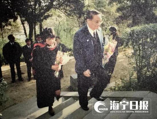 1992年12月3日,金庸与夫人林乐怡来到硖石西山凭吊表兄徐志摩。