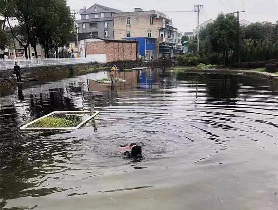 图为:潘再玉跳入湖中救落水女子 浙江路桥横街镇提供