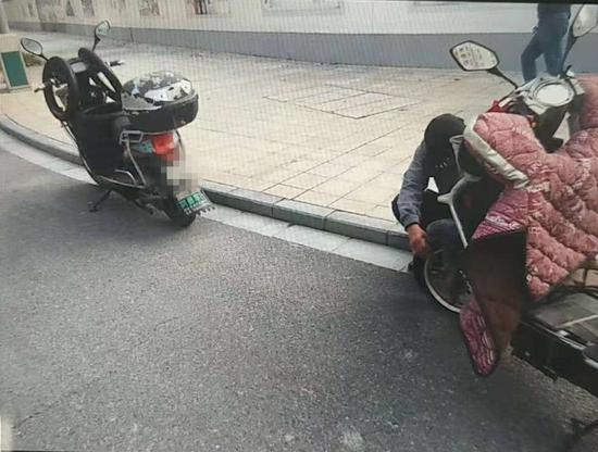 (嫌疑男子的电瓶车上放满了轮胎)