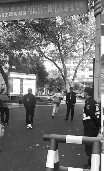 一位考生急匆匆跑进考场 记者 胡信昌 摄