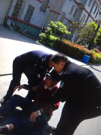 民警将老人搀扶 民警供图