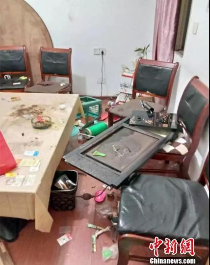 图为:旅馆茶几被鬣羚砸碎。三门县委宣传部提供