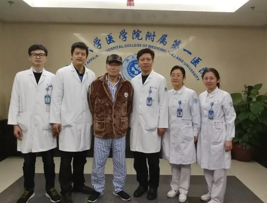 医生团队和俞某。 浙大一院 供图