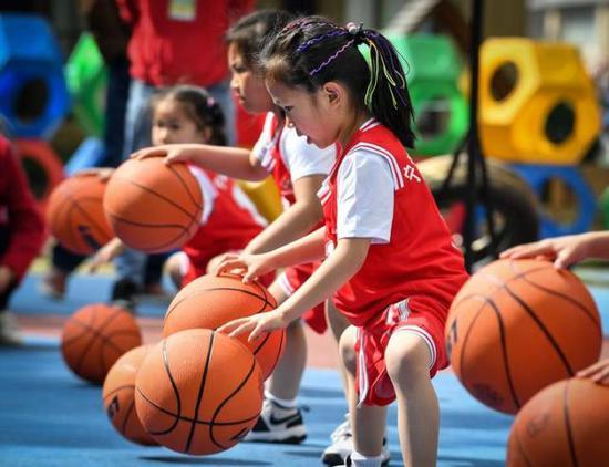 宁波一幼儿园的孩子个个是篮球高手 还会高难