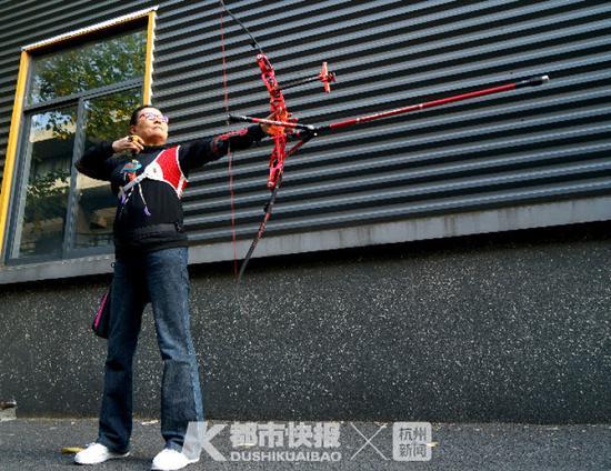 杭州68岁阿姨迷上了小年轻爱的运动 还和孙子辈竞技