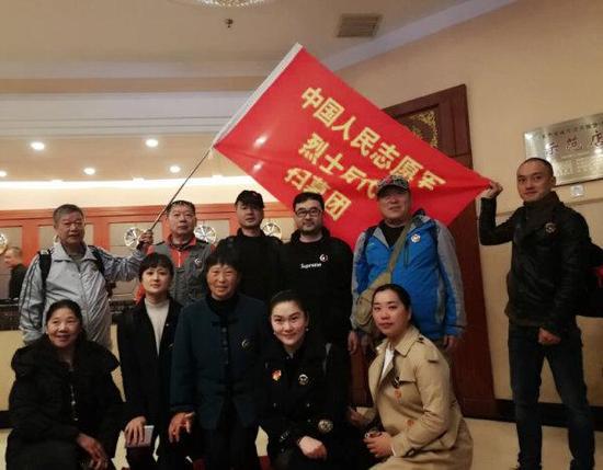 出发前,董耀强(后排右二)等浙江籍志愿军烈士后代扫墓团留影。受访人 供图