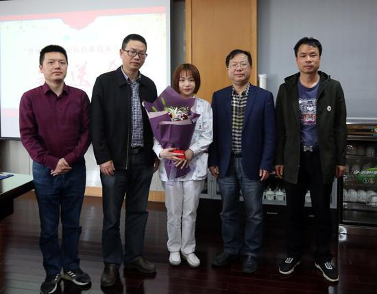 图为:医院为护士管丽婷举行造血干细胞捐献欢送会。台州市中心医院供图
