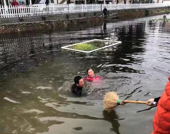 图为:村民递扫把杆救人 浙江路桥横街镇提供