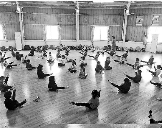 新世纪学校里,孩子们在练健美操。