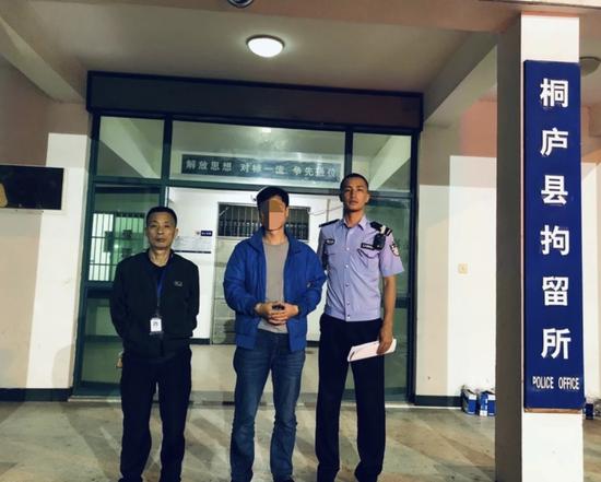 行动期间,杭州桐庐警方快速破获一起猥亵妇女案。张斌 摄