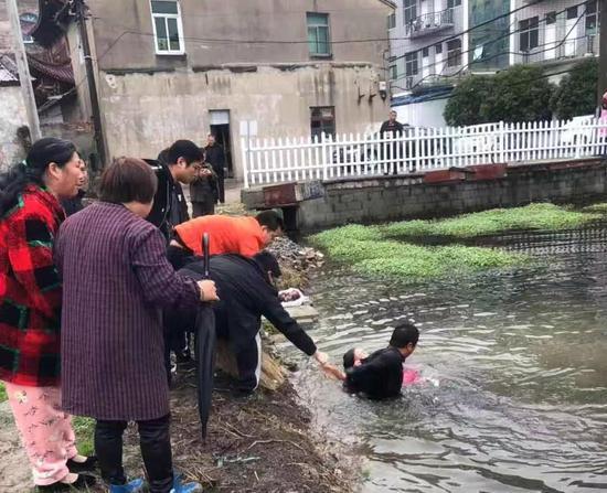 图为:村民合力救人 浙江路桥横街镇提供