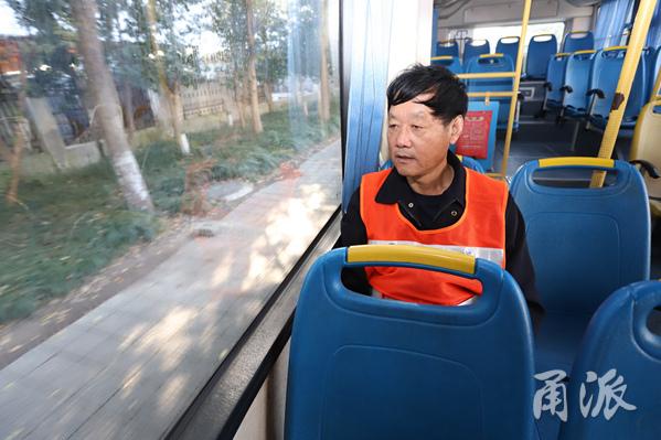 岑师傅坐在车厢内看沿途熟悉的风景